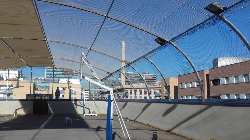 Malla simple torsión combinada con nylon en una pista deportiva de una escuela