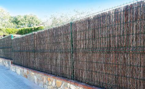 La valla Hércules verde combinada con brezo