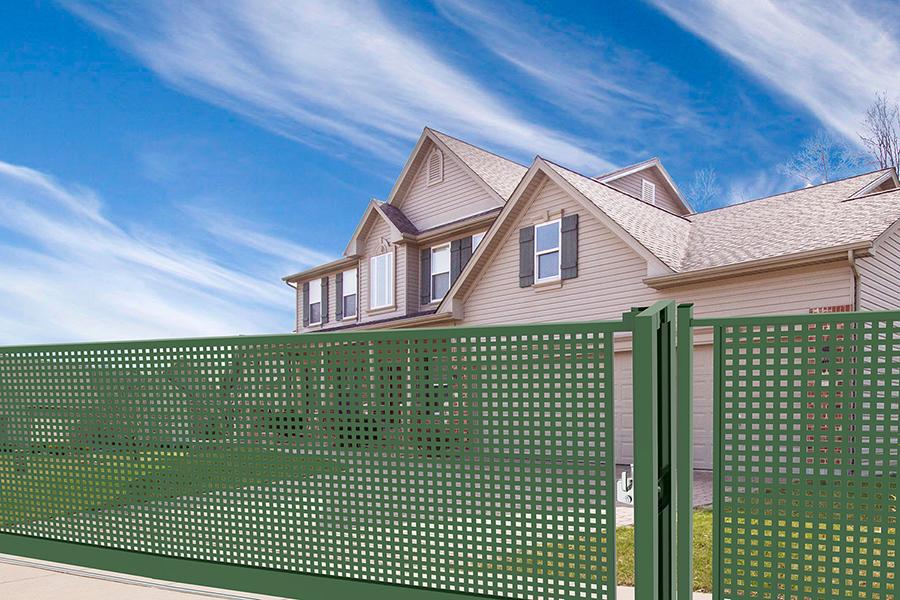 Puerta corredera pro Perforada Plus instalada en una casa