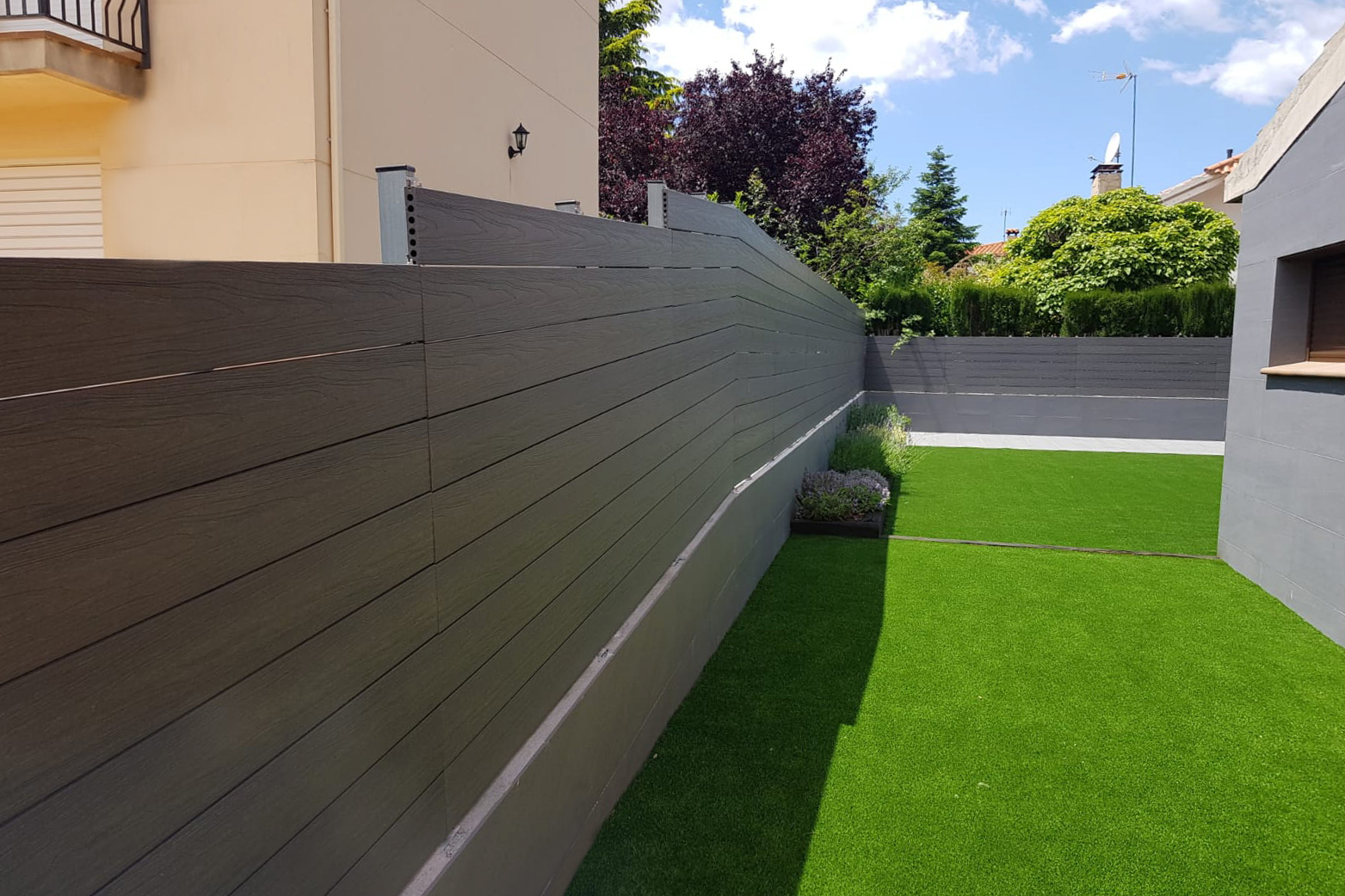 valla de madera tecnológica composite en el jardín de una casa unifamiliargris