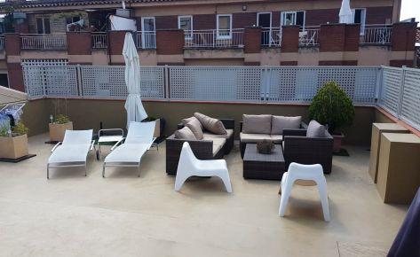 La verja de chapa perforada sutil y elegante en esta terraza
