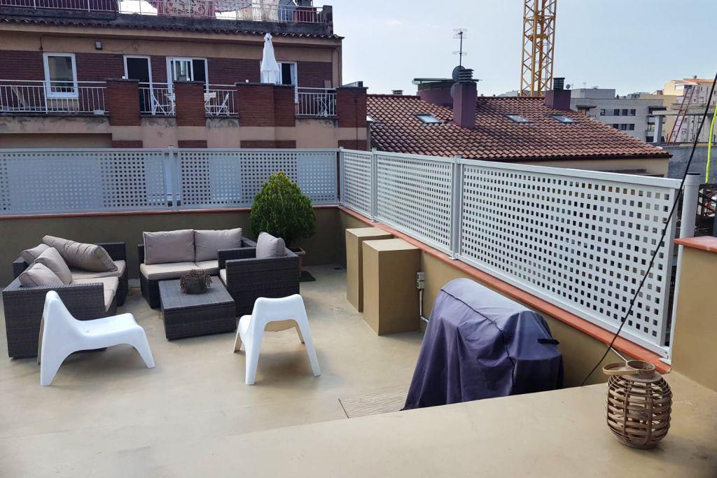 Verja metálica de chapa perforada instalada en la terraza