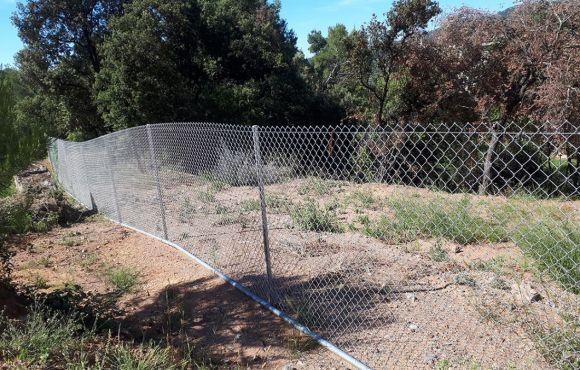 El cercado que frena a los jabalís