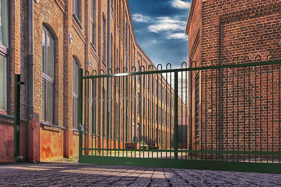 Puerta Autoportante Light Ondas Plus edificio de ladrillo