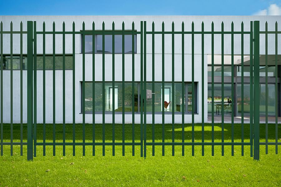 Puerta batiente Biselada Plus instalada en una vivienda