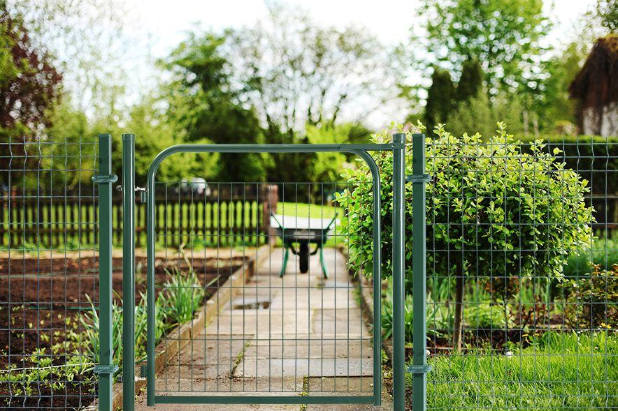 Puerta batiente Eco instalada en el jardín