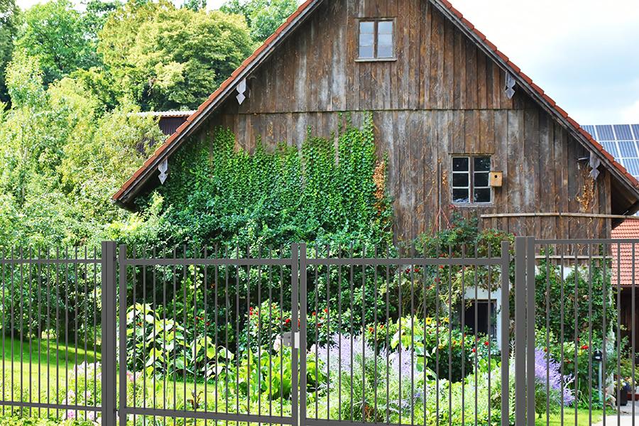 Puerta batiente Tubo Pasante Plus en casa de madera