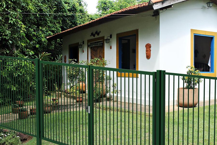 Puerta batiente Tubo Plus en casa con jardín