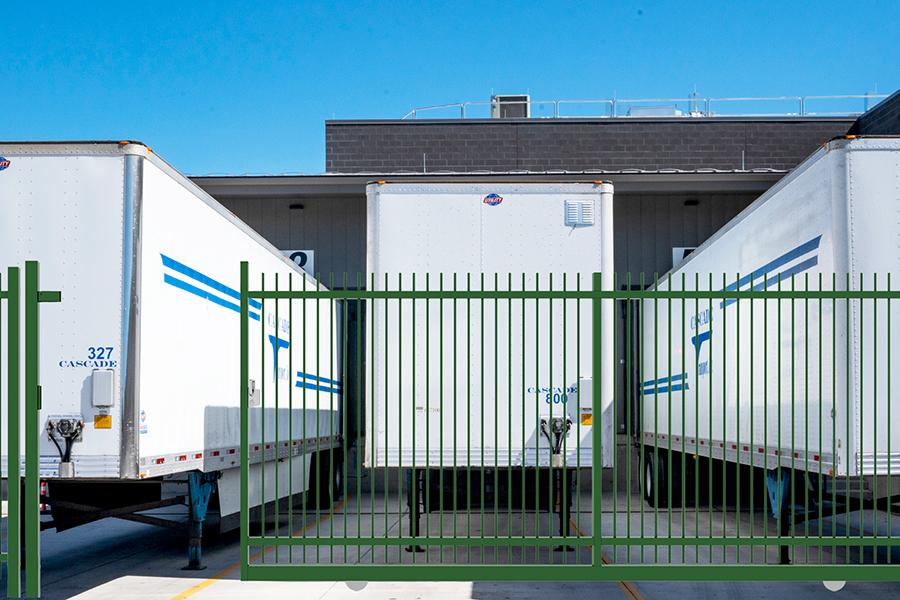 Puerta Corredera Light Tubo Pasante Plus en parking de caminones