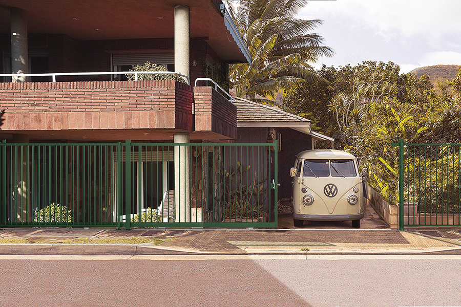 Puerta Corredera Light Tubo Plus en parking con furgoneta