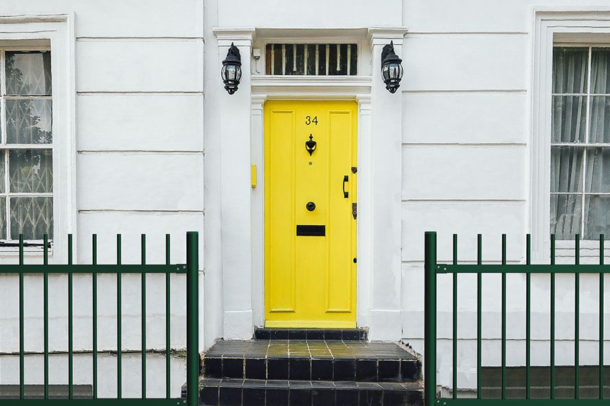 verja tubo pasante puerta amarilla