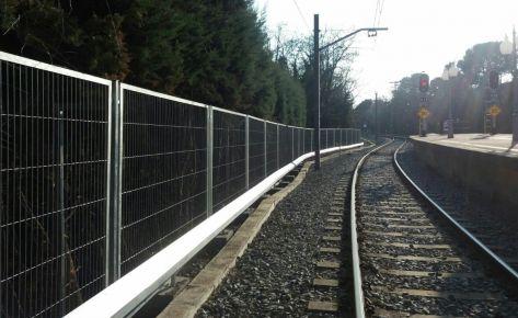 La via del tren fora de perill gràcies al tancat Emmarcat galvanitzat