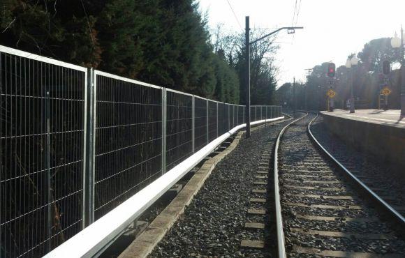 La vía del tren a salvo gracias a la valla Enmarcada galvanizada